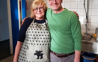 Barbara Besteher und Oliver Mager in der Küche der Pfarrer-Landvogt-Stiftung Arm in Arm