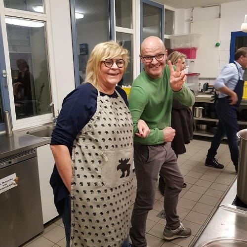 Barbara Besteher und Oliver Mager in der Küche der Pfarrer-Landvogt-Stiftung