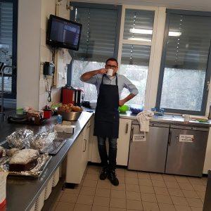 Jörg Wilwerth macht eine Pause mit Kaffee