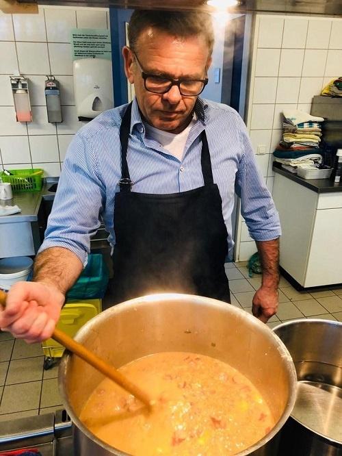 Jörg Wilwerth rührt die Suppe für die Obdachlosen