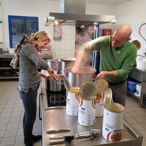 Anke Vogt und Oliver Mager in der Küche beim Rühren